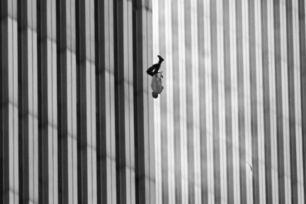Padající muž, foto: Richard Drew